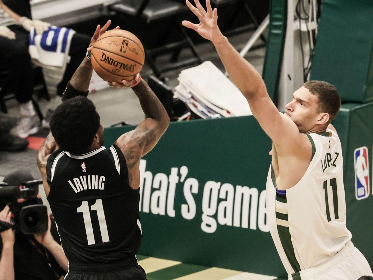 Foto: Irving lanza delante de Brook López. (EFE)