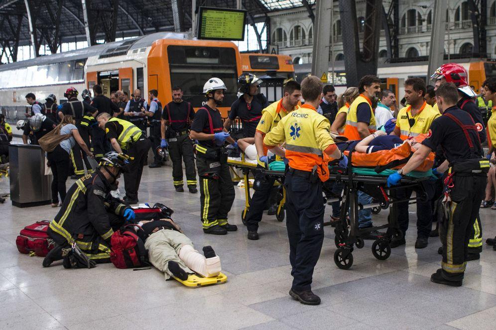 Foto: Equipos de emergencia atienden a los pasajeros que han resultado heridos al chocar un tren de Renfe contra el tope final de una vía en la Estación de Francia de Barcelona. (EFE)