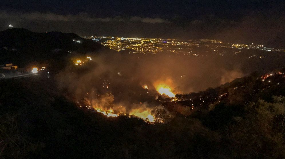 Foto: Otro incendio forestal en Gran Canaria ha obligado a evacuar casas aisladas. (Efe)