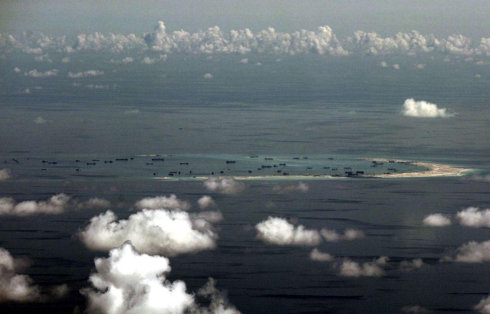 Foto: Fotografía de archivo de 2015 que muestra una vista aérea de una supuesta isla artificial construida por China en aguas disputadas en el Mar de China Meridional (Efe).
