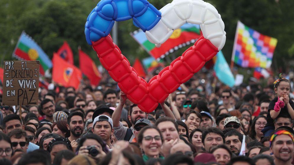"""Foto: Ciudadanos acuden a un concierto por """"El derecho de vivir en paz"""" en contra del Gobierno. (EFE)"""