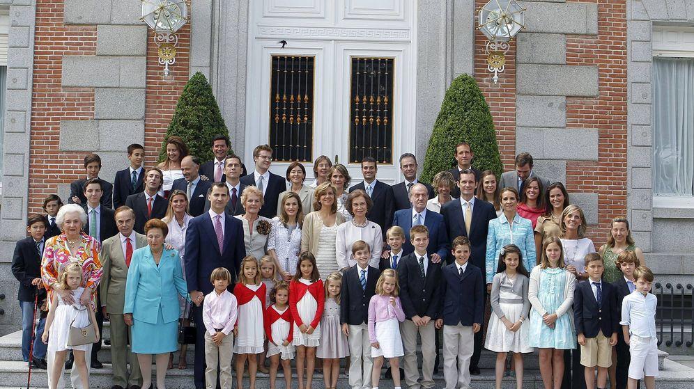 Foto: La familia real, en la comunión de Miguel Urdangarin. (EFE)