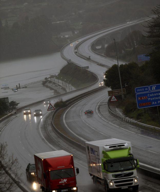 Foto: La autopista AP-9 a su paso por el municipio coruñés de Pontedeume. (EFE)