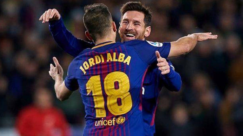 Messi celebra con Jordi Alba el 2-0 ante el Sevilla en Copa. (Reuters)