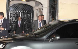 El Rey don Juan Carlos celebra la boda de su sobrino