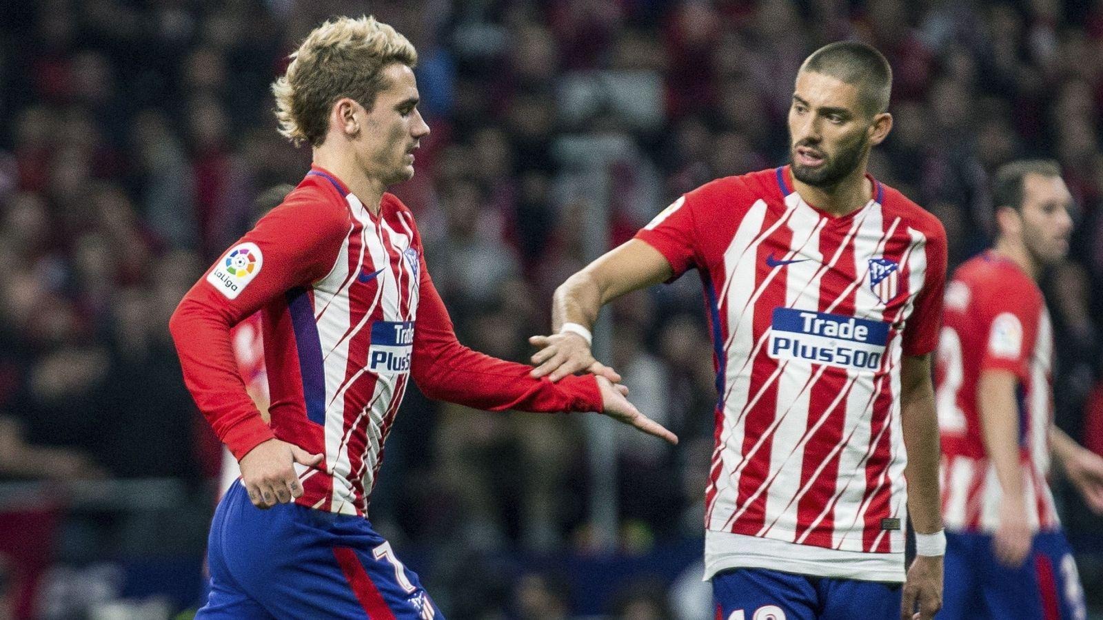 Foto: Carrasco saluda a Griezmann mientras deja el terreno de juego en el derbi. (EFE)