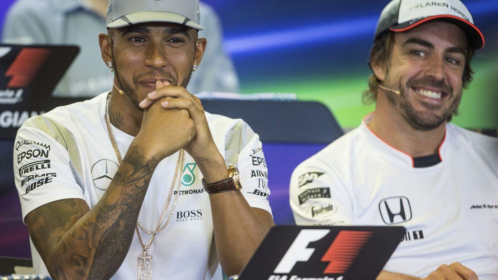Foto: Lewis Hamilton y Fernando Alonso, durante una rueda de prensa. (EFE)