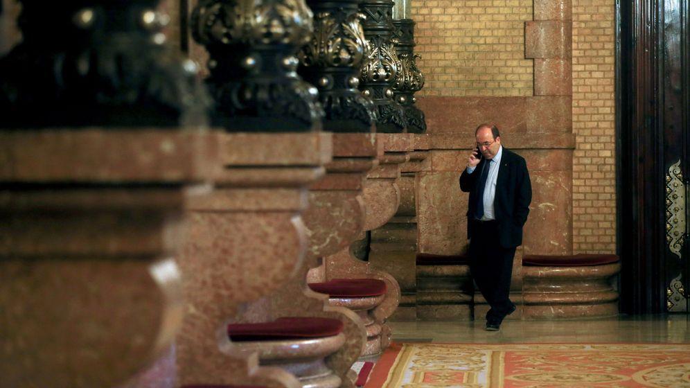 Foto: El líder del PSC, Miquel Iceta, en los pasillos del Parlament. (EFE)