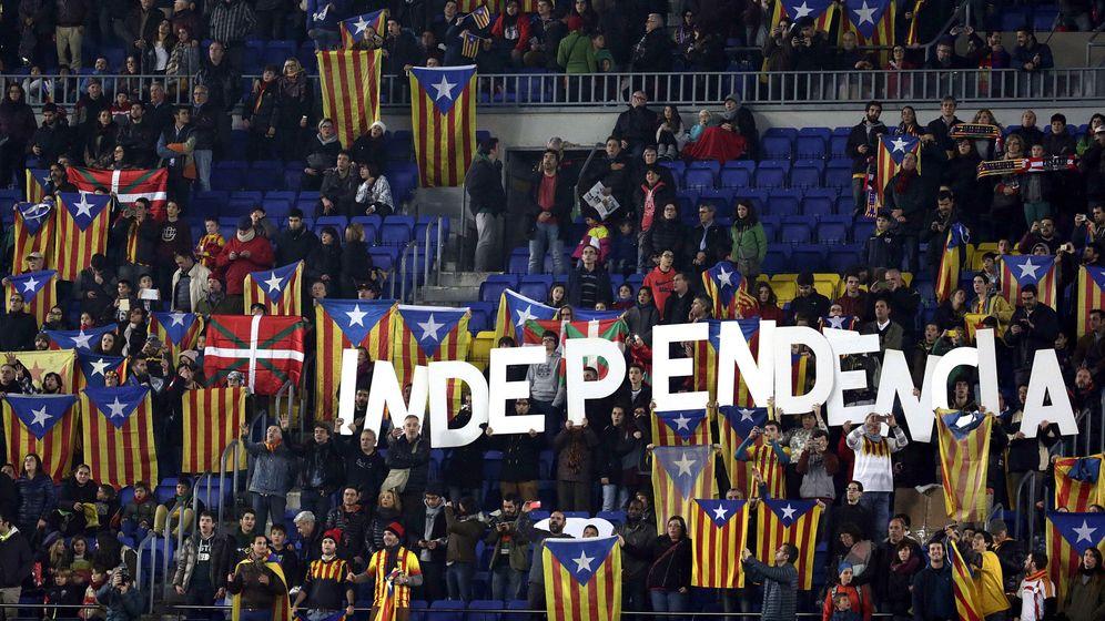 Foto: Varias personas sostienen esteladas e ikurriñas durante el partido amistoso entre las selecciones de Cataluña y País Vasco. (EFE)