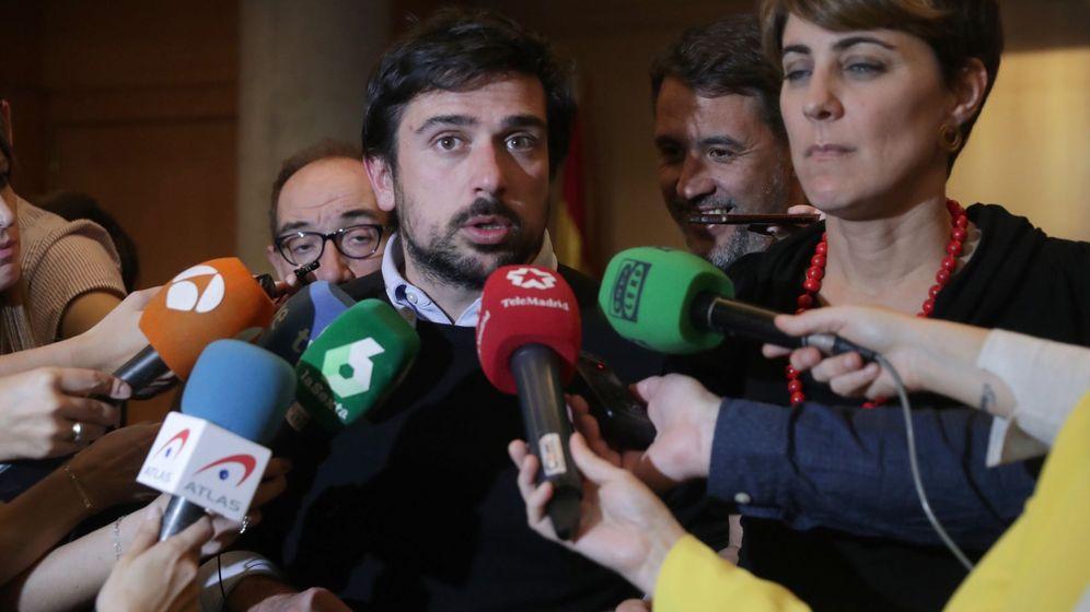 Foto: El secretario general de Podemos en la Comunidad de Madrid y portavoz en el Senado, Ramón Espinar, junto a la portavoz del grupo parlamentario, Lorena Ruiz-Huerta, en declaraciones a los medios. (EFE)
