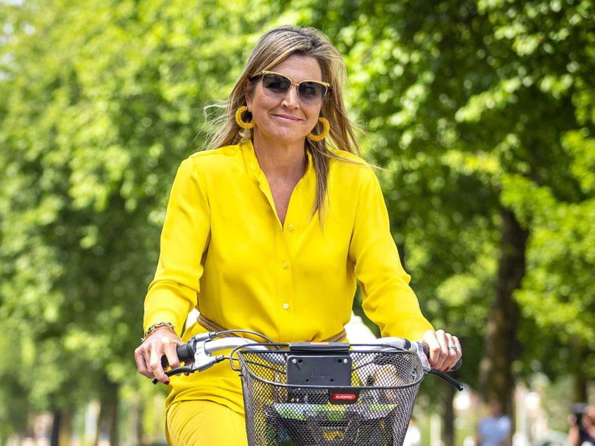 Foto: La reina Máxima, con bailarinas para montar en bicicleta. (EFE)