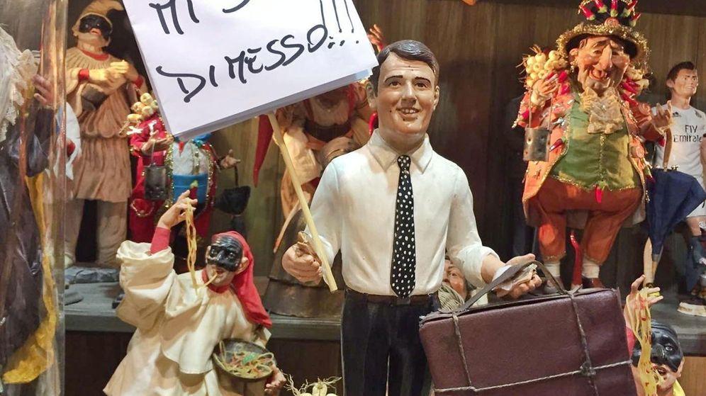 Foto: Imagen de una figurilla de Navidad del primer ministro italiano, Mateo Renzi, con un cartel en el que se puede leer 'Yo dimito'. (EFE)