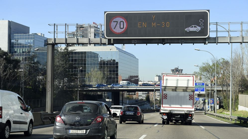 Foto: Velocidad limitada a 70 km/h en la M30 el viernes pasado (Fernando Villar/EFE)