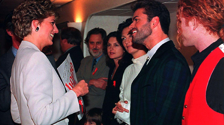 La princesa Diana charla con artistas antes del Concierto por la Esperanza en Londres. (Reuters)