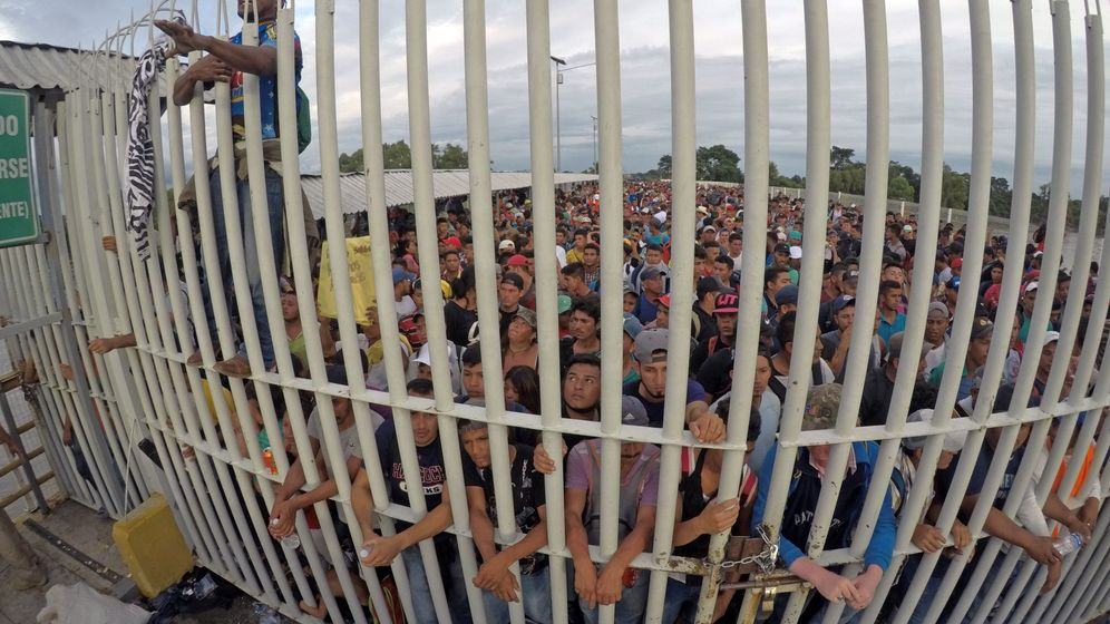 Foto: Migrantes hondureños esperan acceso sobre el puente para entrar a México. (EFE)