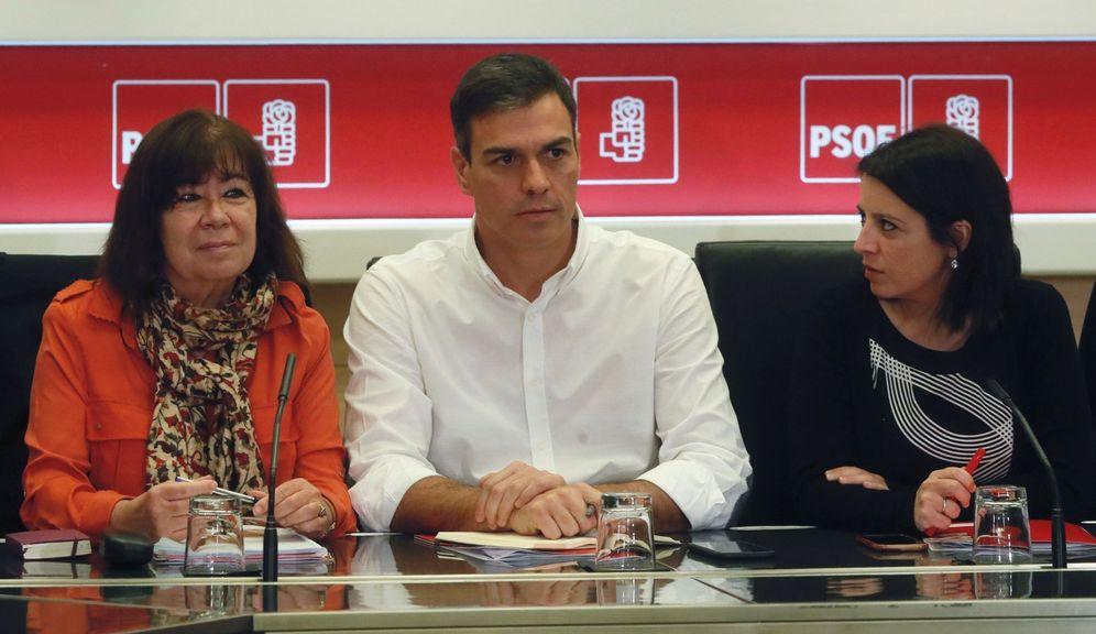Foto: Pedro Sánchez, flanqueado por Cristina Narbona y Adriana Lastra, este 23 de octubre en la reunión de la permanente de la ejecutiva. (EFE)
