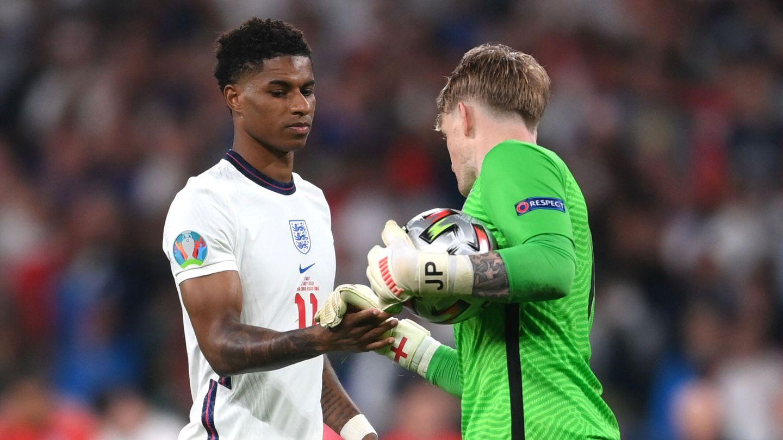 Pickford consuela a Rashford tras el error. (Reuters)