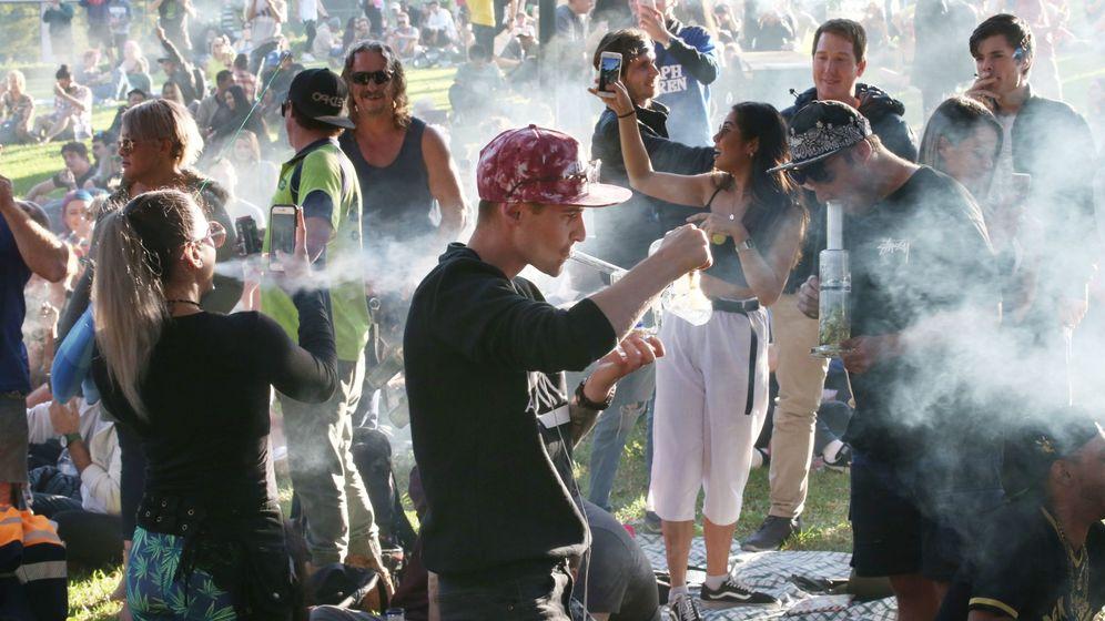Foto: Centenares de personas acuden a una concentración celebrada en los jardines Flagstaff de Melbourne, Australia, este jueves para celebrar el 420. (EFE)