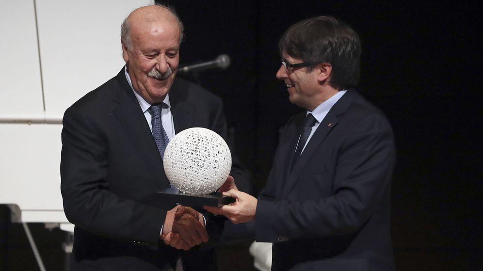 Foto: Entrega de Puigdemont a Del Bosque del XIX Premio Blanquerna. (EFE)