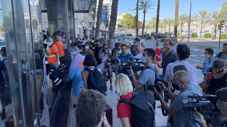 Presencia masiva de periodistas en la entrada del hotel Palma Bellver este miércoles. (D.B.)