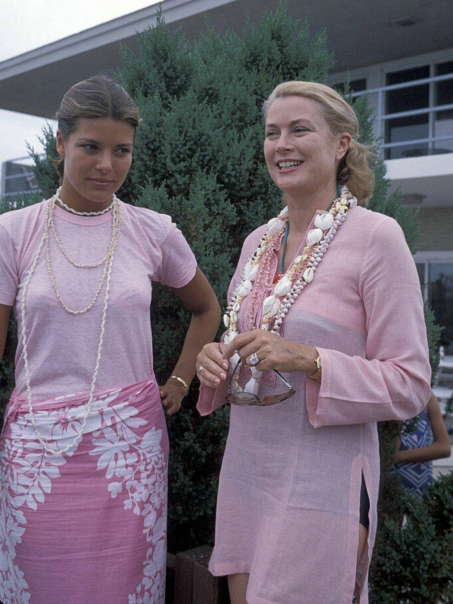La princesa Carolina de Mónaco y Grace Kelly, en 1978. (Getty)