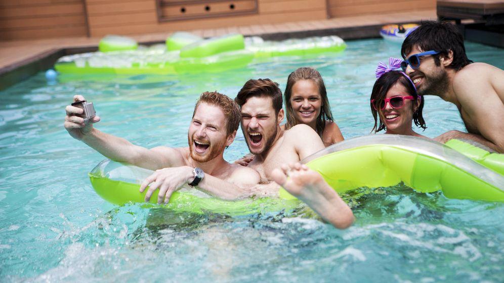 Vivienda un vecino trae muchos amigos a la piscina de la for Se puede fumar en las piscinas