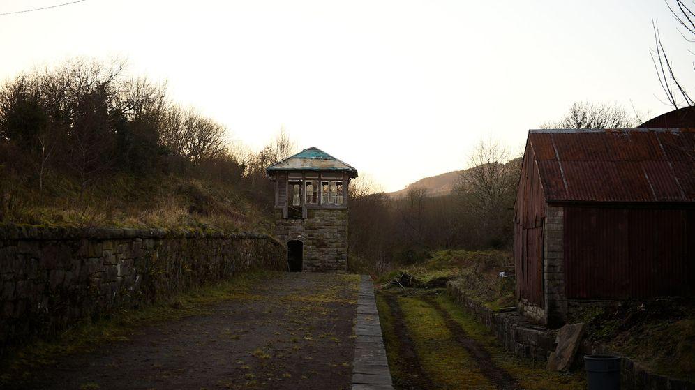 Foto: Estación en una vía abandonada de tren donde antes había un control de fronteras. (Reuters)