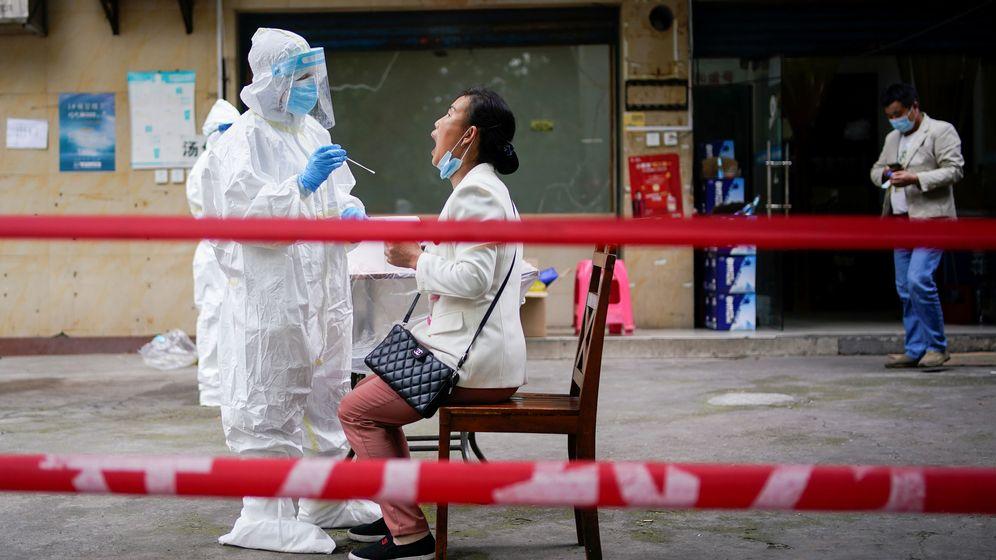 Foto: Una mujer mientras la someten a un test en Wuhan. (Reuters)