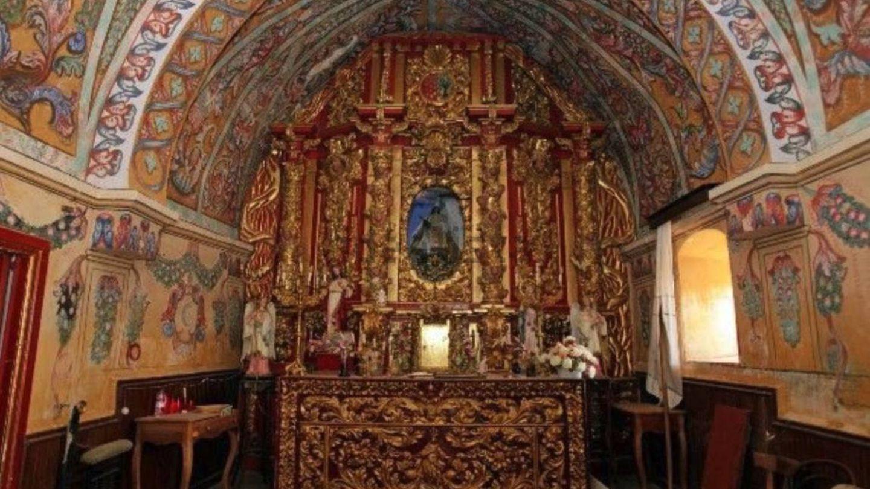 Retablo y virgen de Valvanera en la ermita de La Monjía. (Idealista)