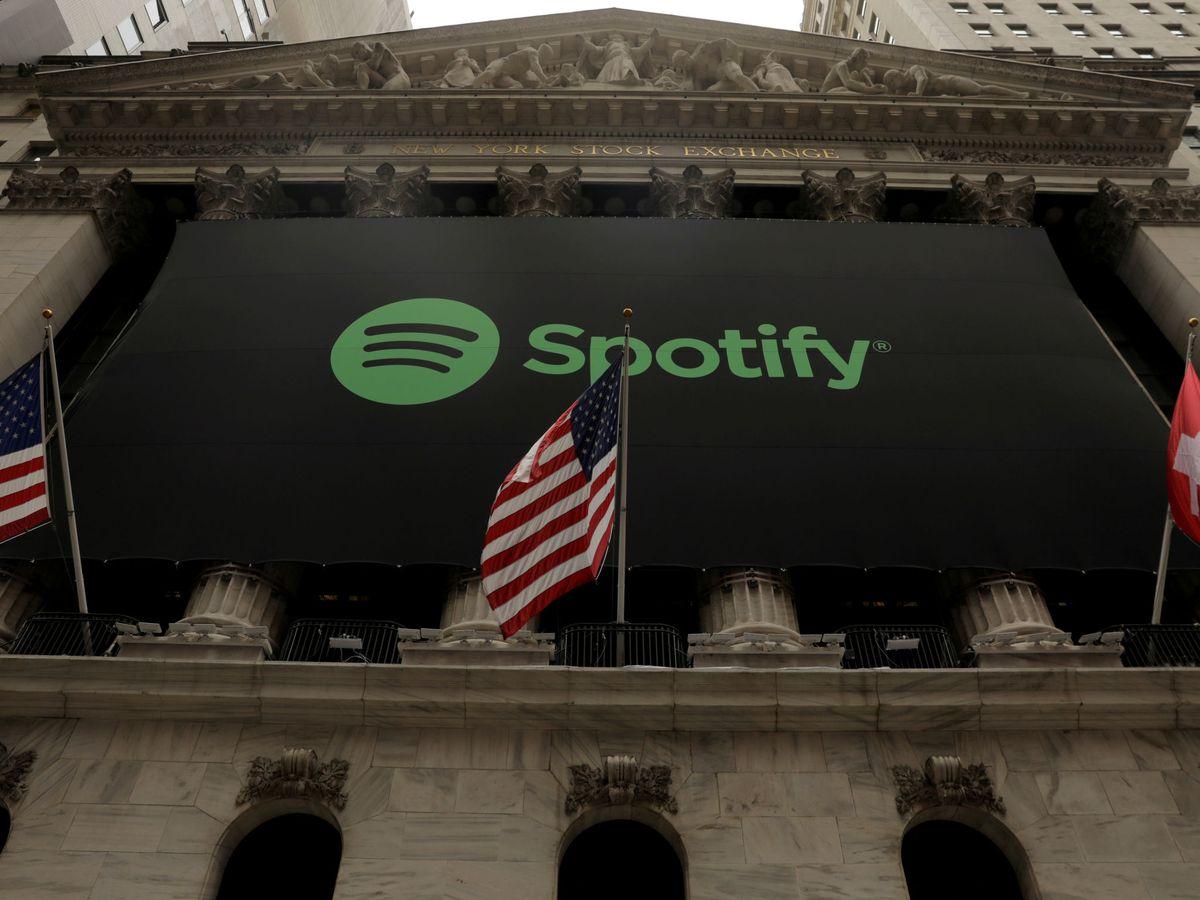 Foto: Fachada de Wall Street con el logo de Spotify, el día del debut bursátil. (Reuters)
