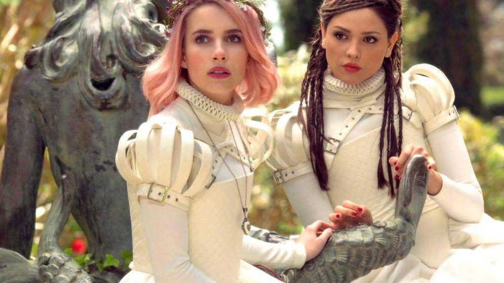 Foto: Emma Roberts y Eiza Gonzalez en 'Paradise Hills', la ópera prima de Alice Waddington.
