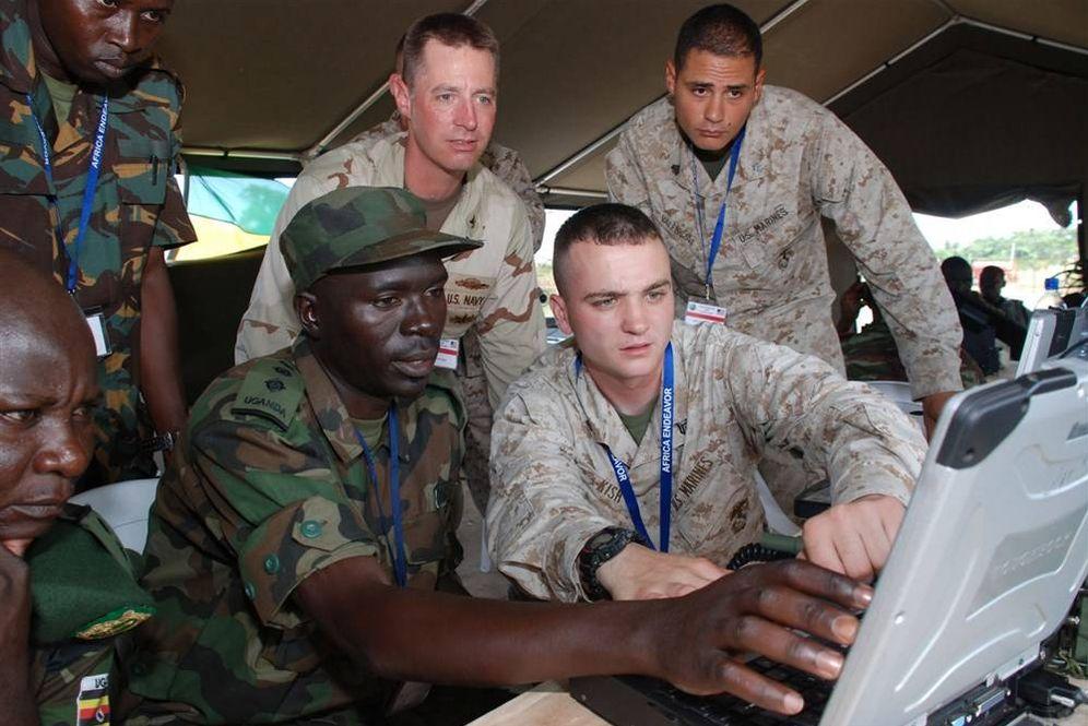 Foto: Soldados estadounidenses prueban un sistema de comunicaciones de última generación con oficiales del ejército ugandés en 209. (Fuente: AFRICOM)