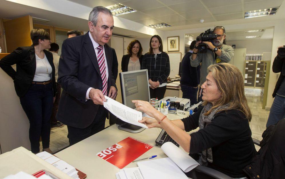 Foto: El líder socialista de Murcia, Rafa González Tovar, acompañado de sus 12 diputados, entregando la moción de censura en la Asamblea regional. (EFE)