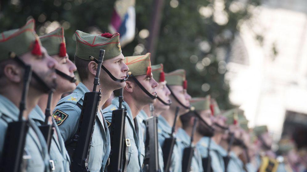 Foto:  Un destacamento de la Legión, en la céntrica plaza del Carmen de Granada, durante la celebración del 525 aniversario de la conquista de la ciudad por los Reyes Católicos. (EFE)