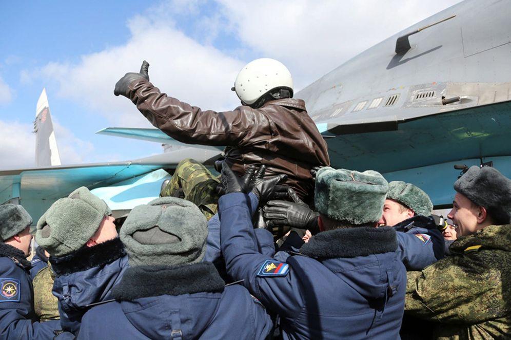 Foto: Un piloto de un bombardero SU-34 a su llegada a la base aérea rusa de Voronezh, desde la base siria Hmeymim, el 15 de marzo de 2016 (Efe).