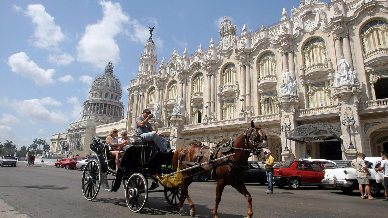Foto: Turistas pasean en un coche tirado por caballo en La Habana (Cuba). (EFE)