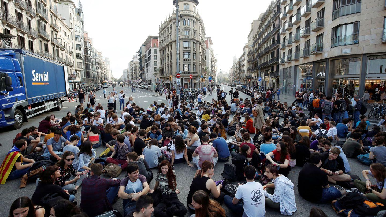 Estudiantes cortan el paso en Barcelona. (Reuters)