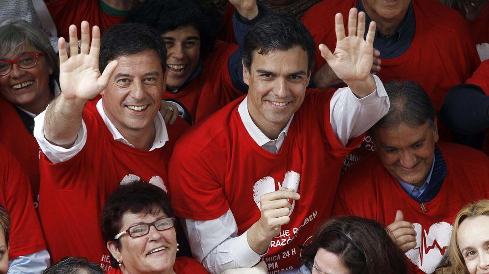 Foto: El secretario general del PSOE, Pedro Sánchez (d), acompañado por el secretario general del PSdeG, José Ramón Gómez Besteiro. (EFE)