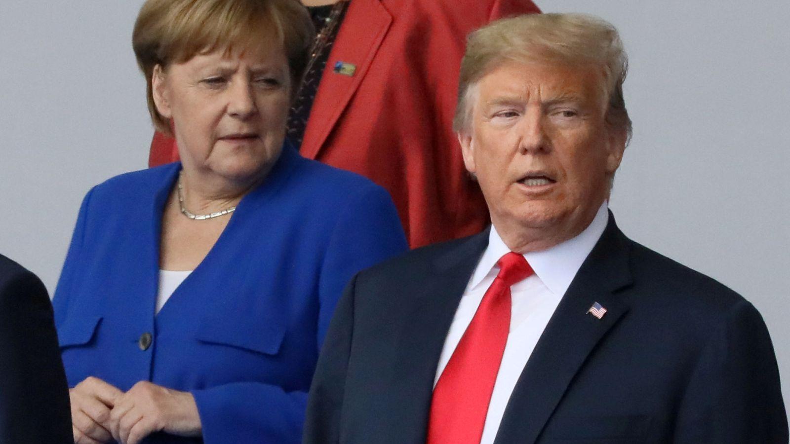 Foto: Merkel observa a Trump durante la cumbre de la OTAN que se celebró el pasado julio. (Reuters)