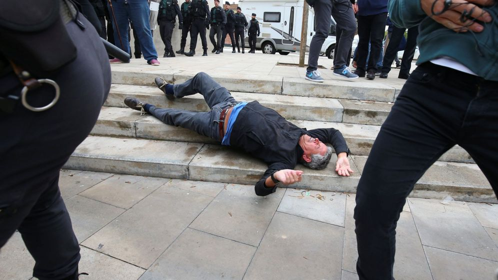 Foto: Heridos en las cargas entre agentes de seguridad y vecinos en Cataluña por el 1-O. (Reuters)