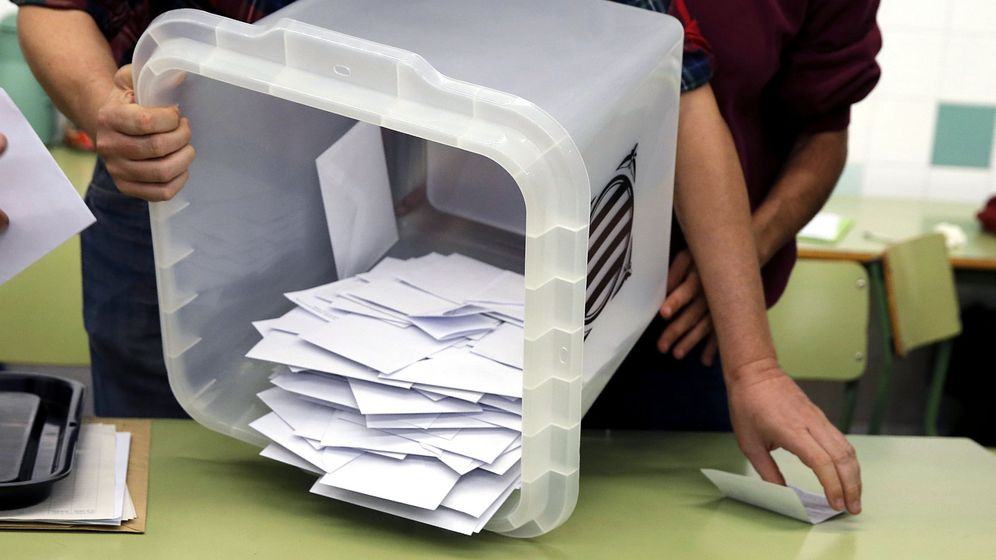 Foto: Recuento de papeletas en uno de los colegios de Barcelona al final de la jornada del referéndum del 1 de octubre. (EFE)