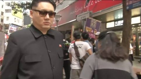 Un trío de imitadores de Trump, Obama y Kim Jong-Un paralizan las calles de Hong Kong