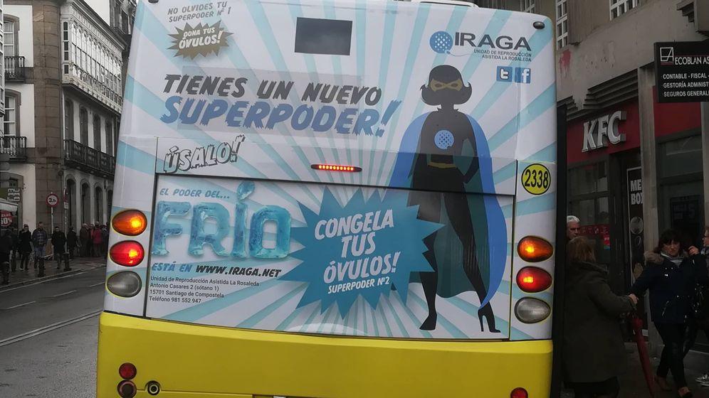 Foto: Anuncio de congelación de óvulos en un autobús de Santiago de Compostela. (Trevisani)