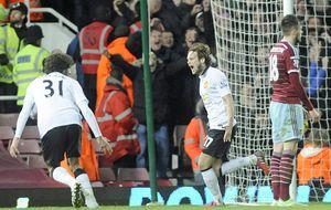 El Manchester United se salva de la derrota en el minuto 92, pero cae a la cuarta plaza