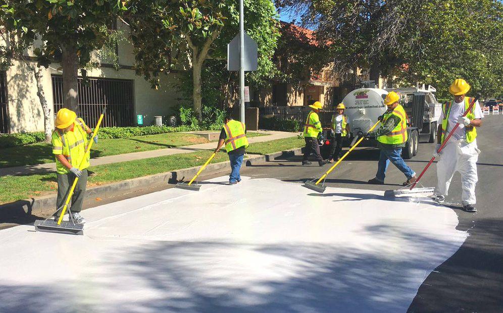 Foto: Trabajadores pintan de blanco las carreteras de Los Ángeles. (Foto: City of LA)