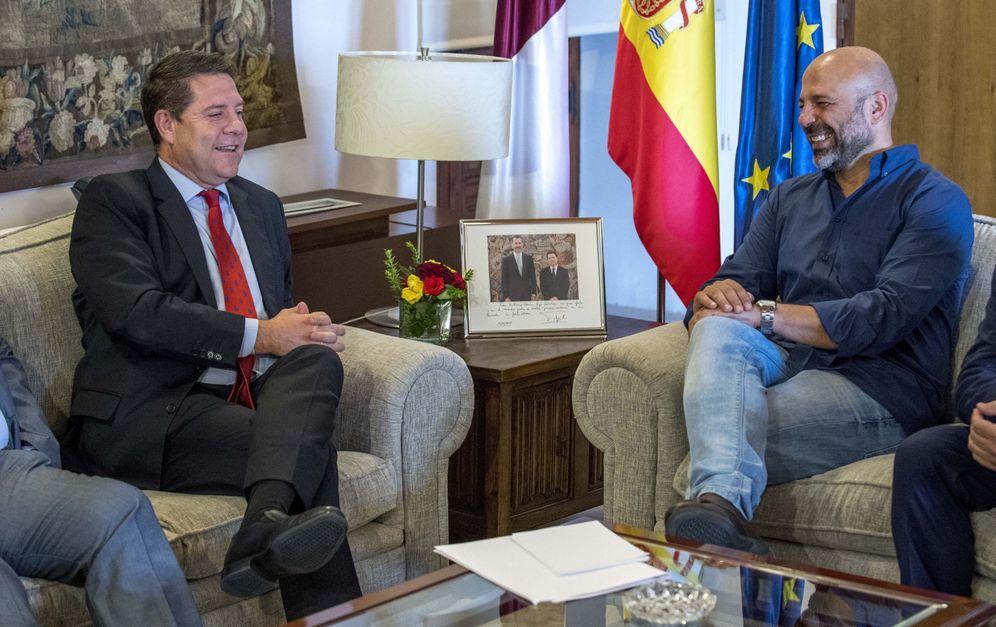 Foto: Emiliano García-Page y el líder manchego de Podemos, José García Molina, este 13 de julio en Toledo. (EFE)
