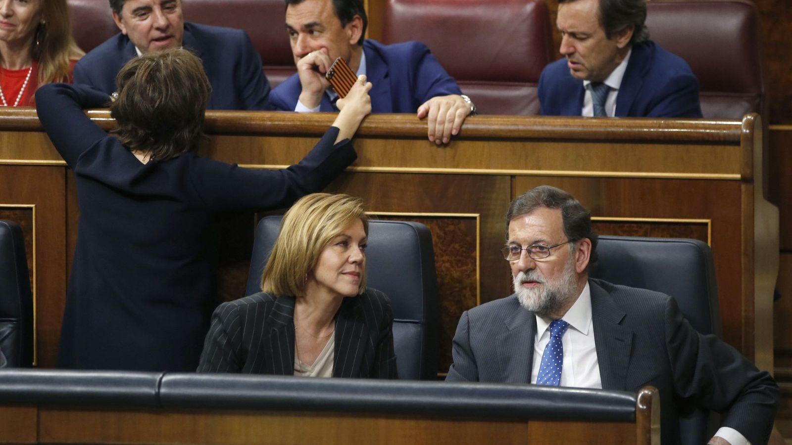 Foto: Mariano Rajoy con Dolores de Cospedal, junto a Soraya Sáenz de Santamaría, Rafael Hernando, Fernando Martínez-Maillo y José Antonio Bermúdez de Castro, en el Congreso. (EFE)