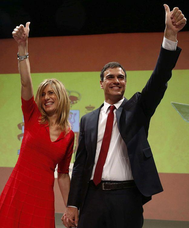 Foto: El secretario general del PSOE, Pedro Sánchez, acompañado de su mujer, Begoña Gómez, este domingo. (Efe)