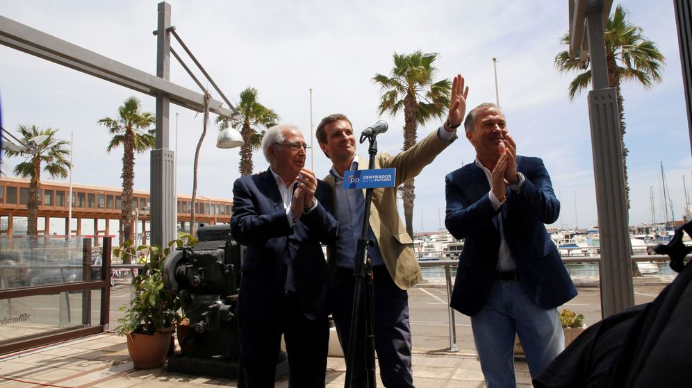Foto: El presidente nacional del PP, Pablo Casado (c), junto al presidente del partido de Melilla, Juan José Imbroda (Efe)