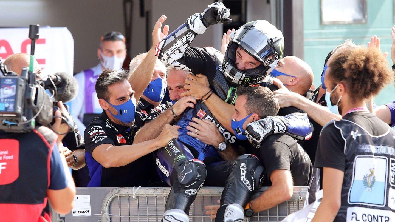 Viñales celebra con sus compañeros de equipo la victoria en el Gran Premio de Emilia Romagna de MotoGP (septiembre de 2020). EFE